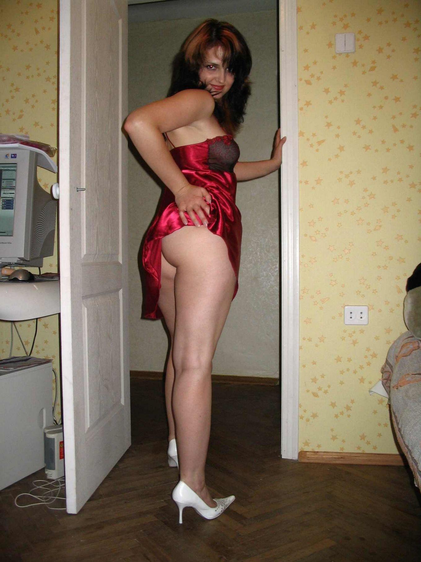 Сексуальная женщина позирует и ебется