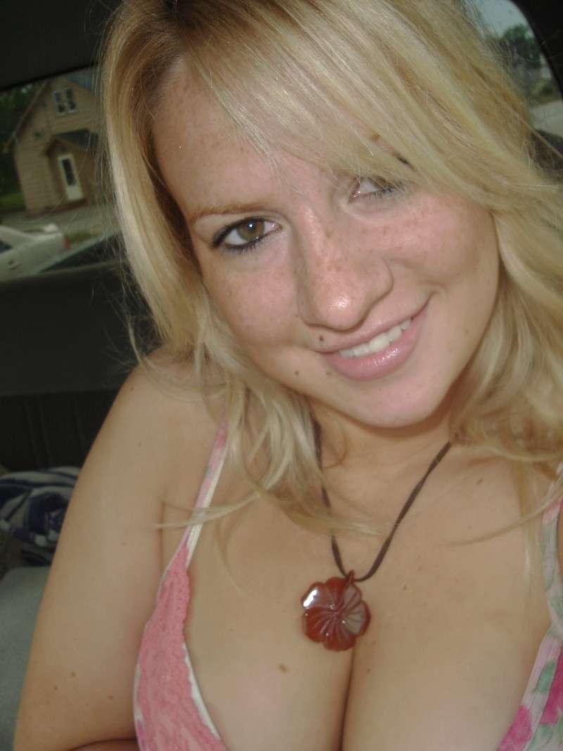 Шальная блондинка любит веселиться и показывать своё тело без одежды, ничего не стесняясь