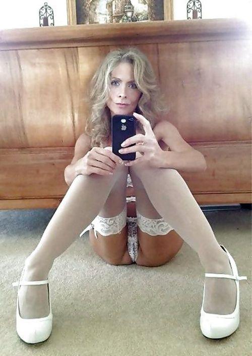 Симпотная деваха с обнаженным телом делает сексуальное селфи с телефона
