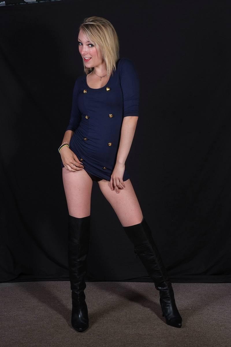 Сладкая блондиночка показывает свое стройное тело, при этом ничего с себя не снимая