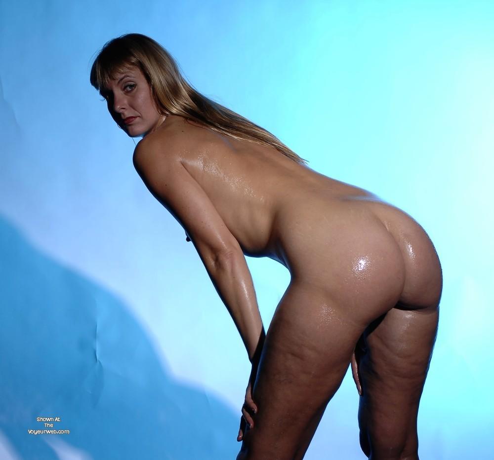 Жена блондинка публично оголяется