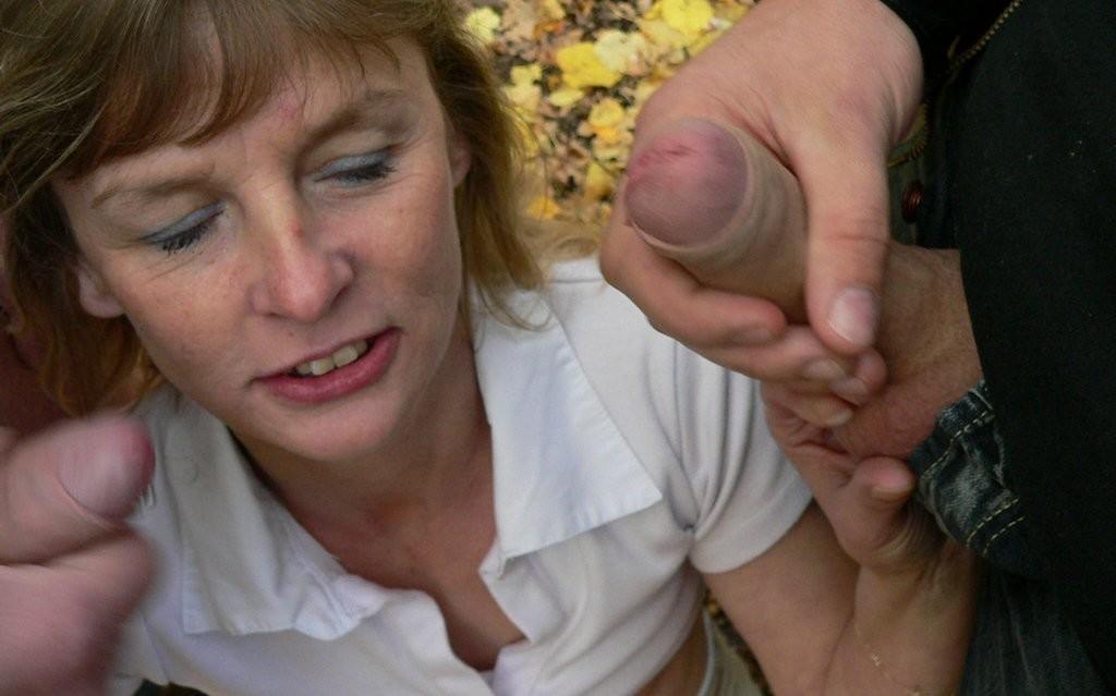 Жена сосет у двух незнакомцев в парке