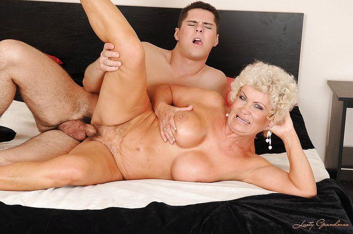 Бабулька с кудрявым волосом и большими сиськи рада молодому хую