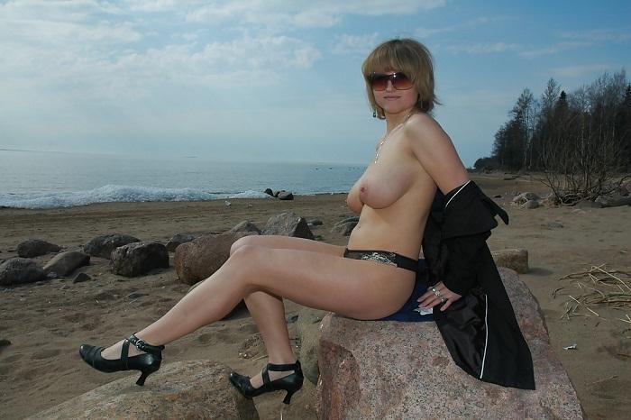 Мамаша проветрила большие сиськи на берегу моря