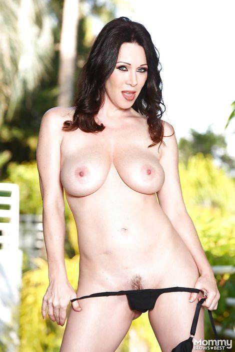 Стройная мамаша RayVeness позирует в одиночном порно фото с красиво подстриженной писей