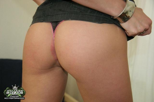 Засунула секс игрушку во влажную вульву