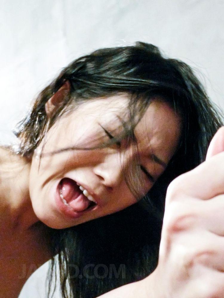 Азиатская шлюшка Yui Komine наслаждается грубым сексом и минетами сразу с двумя мужиками