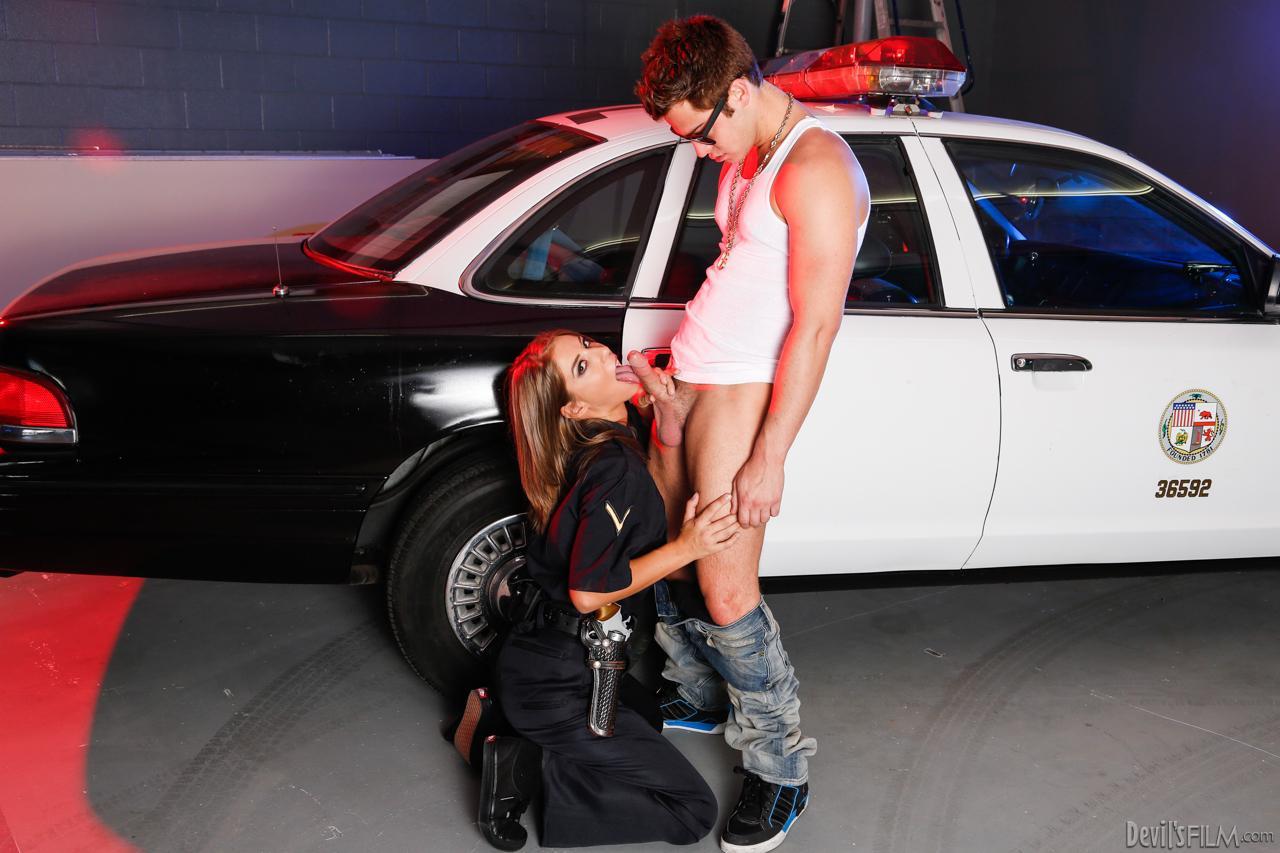 Горячая полицейская Presley Hart сосет член и занимается сексом до победного конца