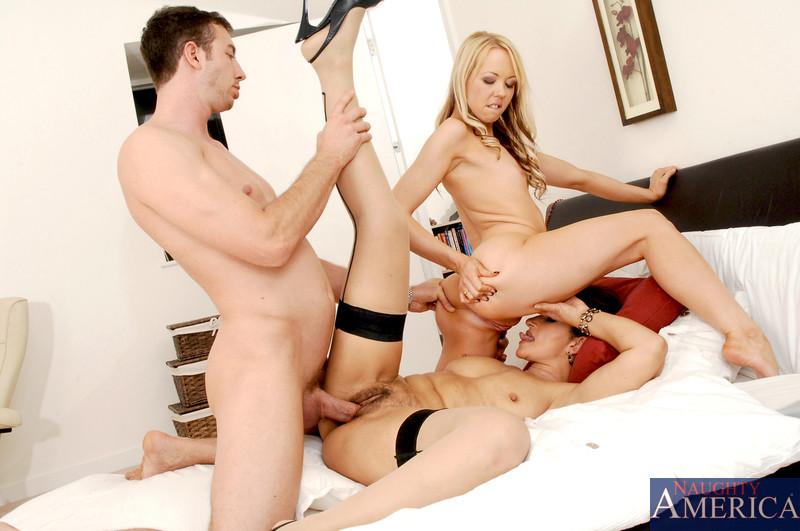 Пара сексуальных телочек ублажает одного мужчину и он остается доволен таким обращением к себе