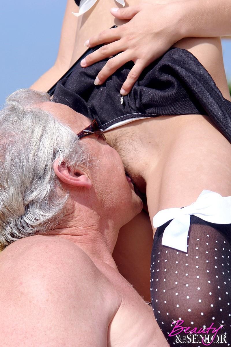 Пожилой мужчина выебал свою очаровательную горничную