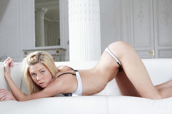Изумительная блондинка показала вульву