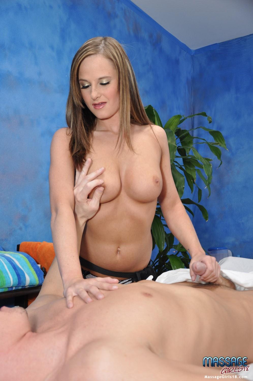 Кимбер из массажного салона умело работает своими руками и гладит член клиента языком