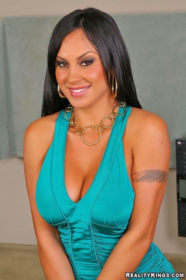 Горячая грудастая латина Mariah Milano заглатывает член и занимается грубым сексом