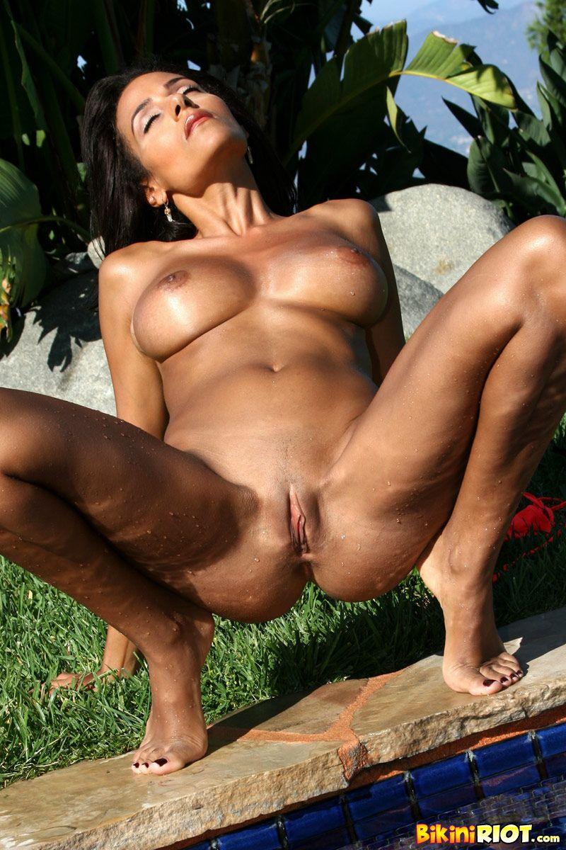Горячая латина в биикини с бронзовой кожей Rita G показывает огромную грудь и бритую киску
