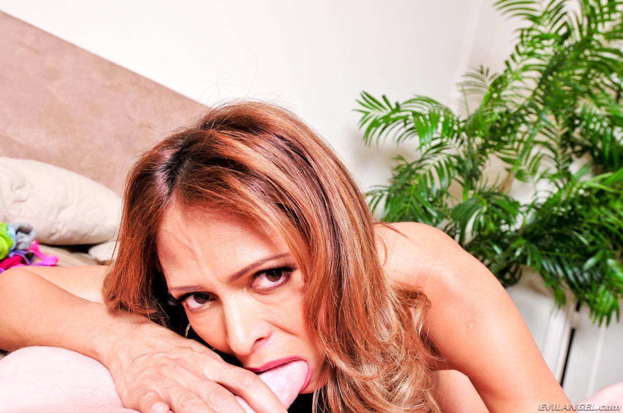 Грудастая мамаша-латинка Monique Fuentes раздевается и занимается великолепным грязным оральным сексом