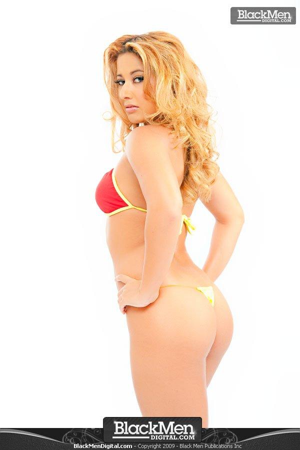 Латинка Martiza Izquirido с округлой попой и маленькой грудью позирует в красном бюстгальтере и крохотных желтых стрингах