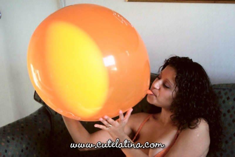 Латиноамериканка Talia надувает воздушный шарик