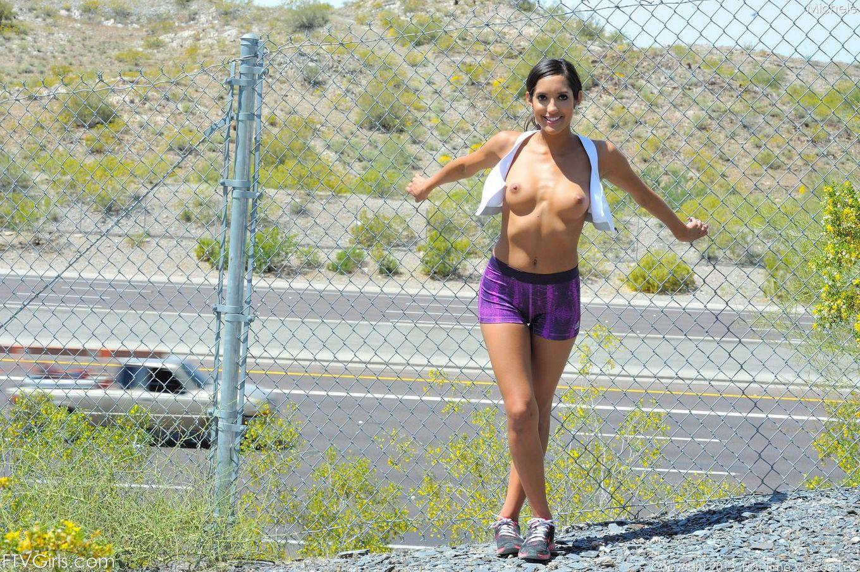 Латинская соблазнительница Chloe Amour демонстрирует голое тело на улице и возвращается домой чтобы трахнуть себя игрушкой