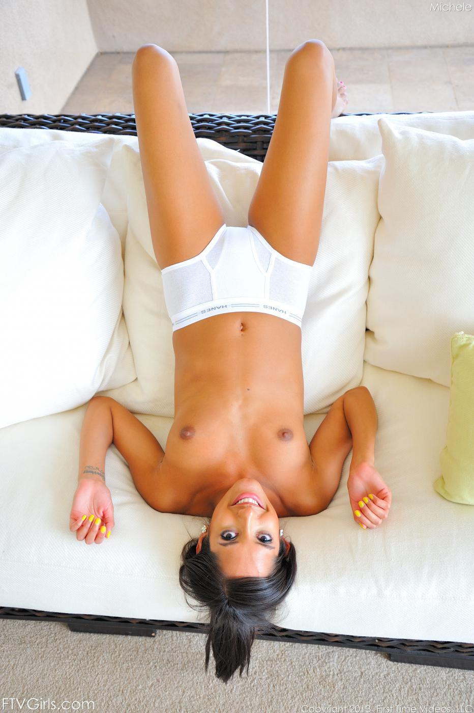 Развратная девочка в трусиках Chloe Amour мастурбирует свою прелестную латиноамериканскую пизду