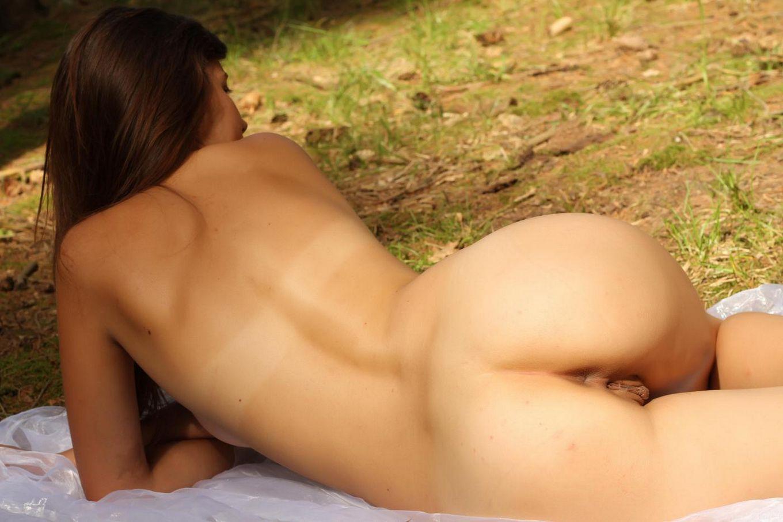Gea A любит природу и она показывает свое эпичное тело в лесу, прикрытая только вуалью