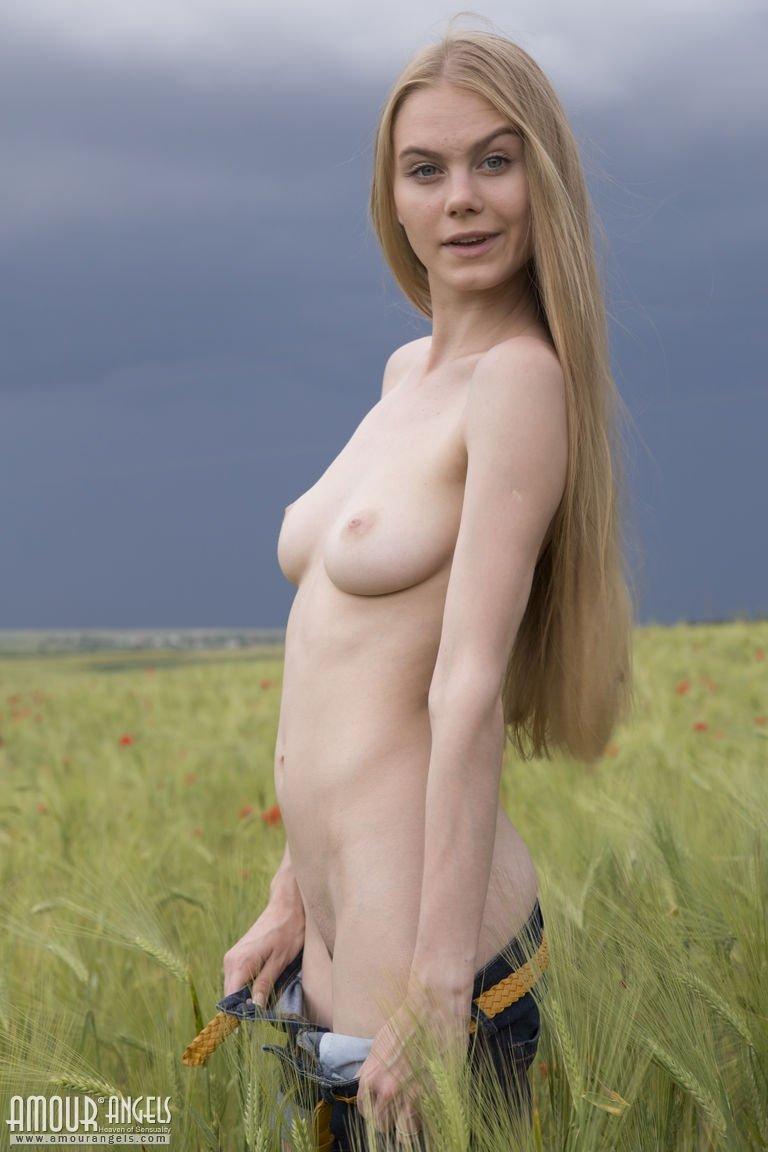 Голая в поле пасмурным днем