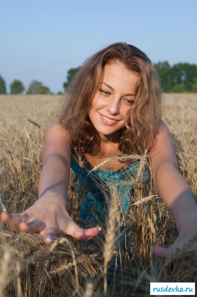 Раздетая озабоченная телка в поле
