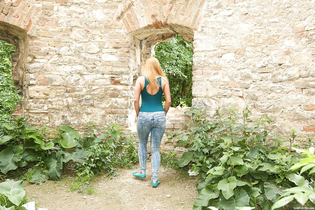 Сиськастая туристка дрочит киску на фоне старинных развалин