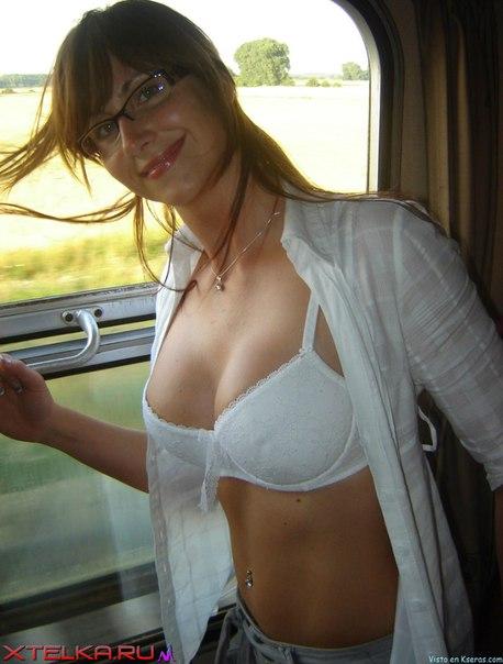 Русская жена бесстыдно показывает голое тело на курорте