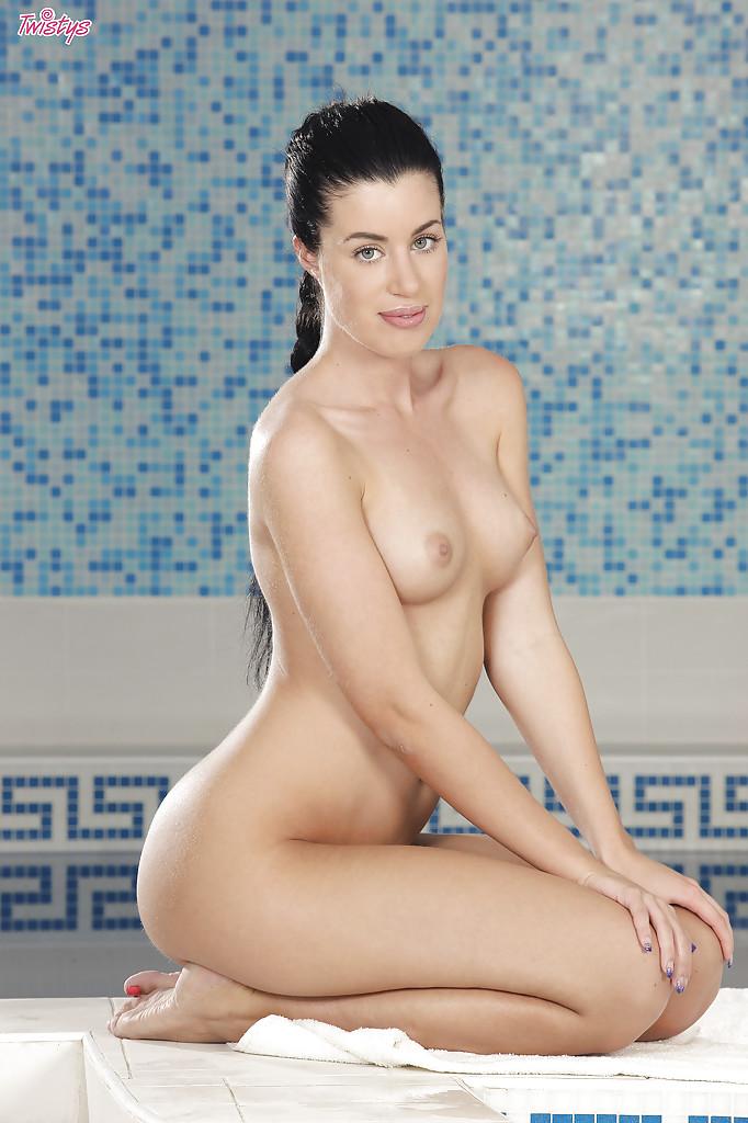 Брюнетка с красивыми глазами показала тело в бассейне