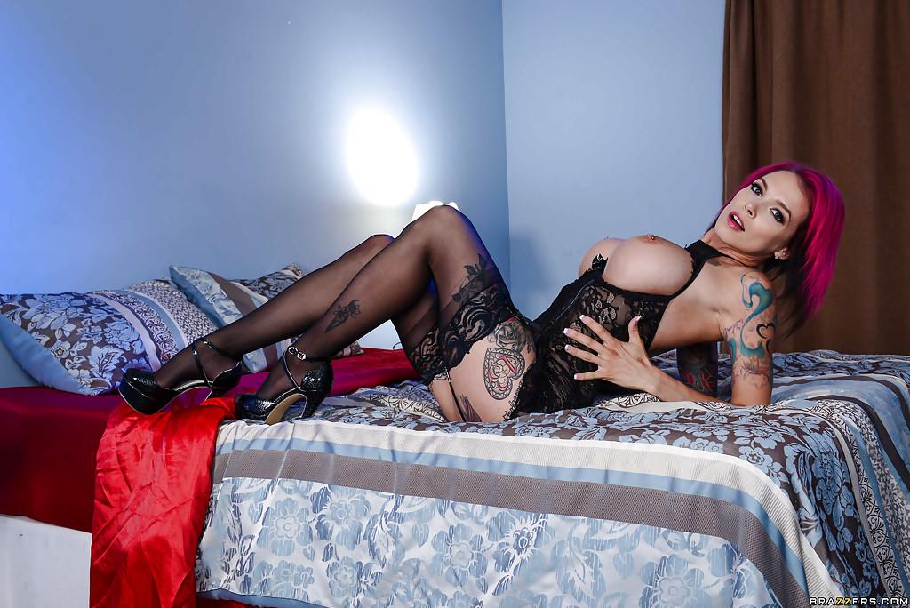 Неформалка на высоких каблуках раздевается на большой кровати