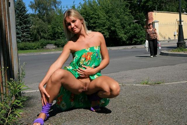 Озабоченная блондинка не любит носить трусики и показывает вагину на улице