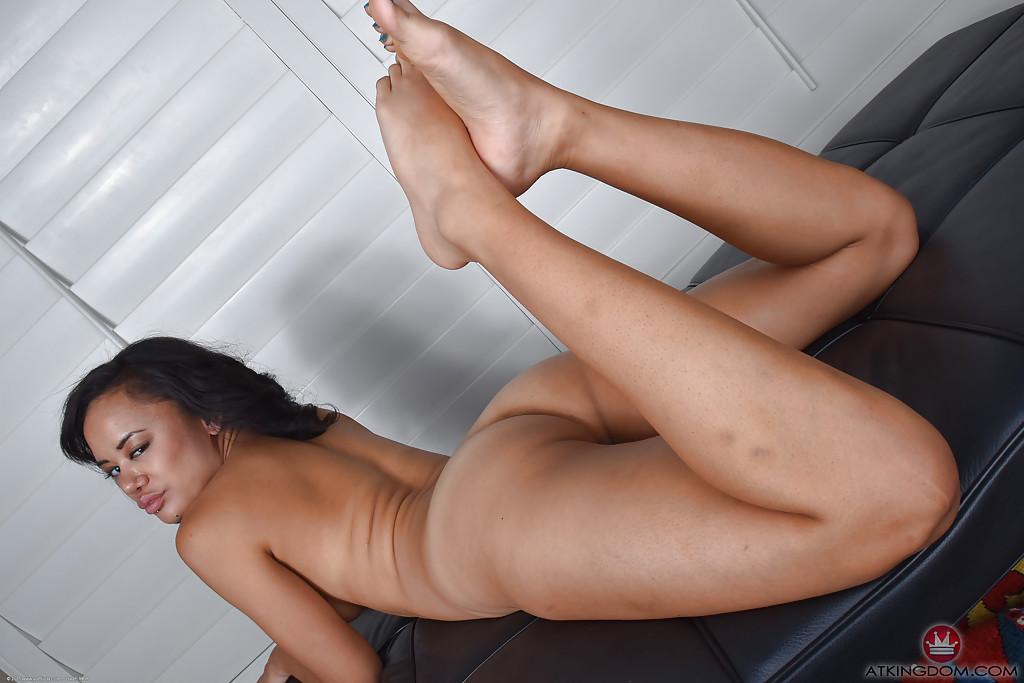 Похотливая азиатка разделась и облизывает свои ножки