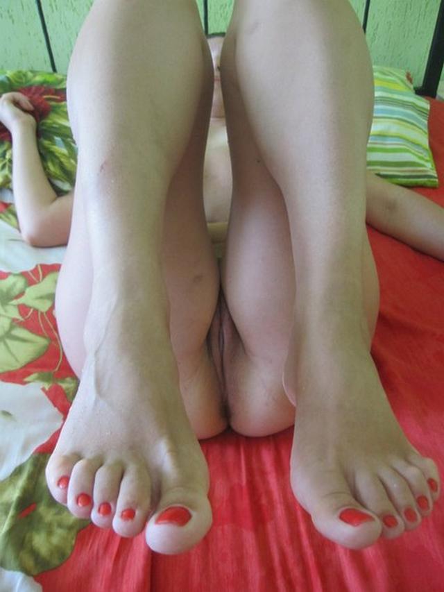 Соблазнительные молодые девки игриво просятся на секс