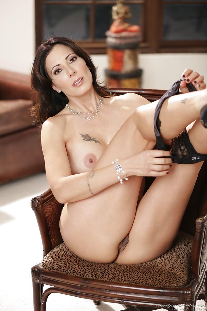 Татуированная мамочка демонстрирует киску на старинном стуле