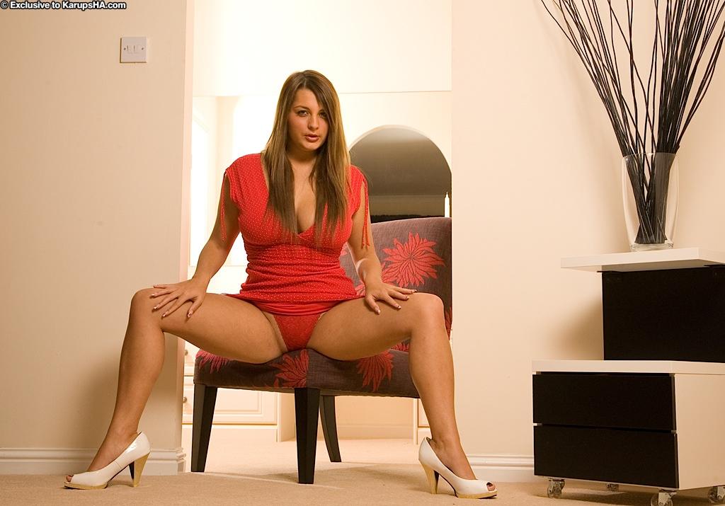 Тёлка в красном платье показывает киску на кресле возле трюмо