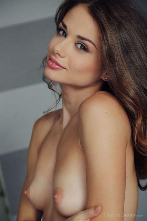 Женственная малышка Loretta A со стоячими сиськами и бритой пиздой на порно фото онлайн