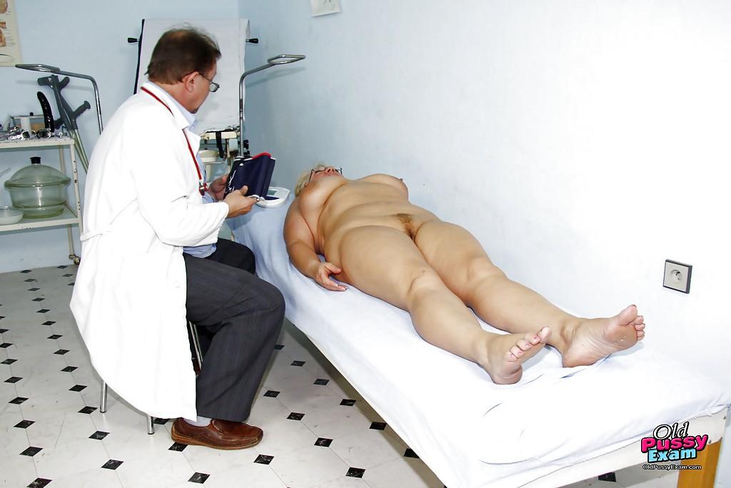 Зрелая дамочка прошла все процедуры на приёме у гинеколога