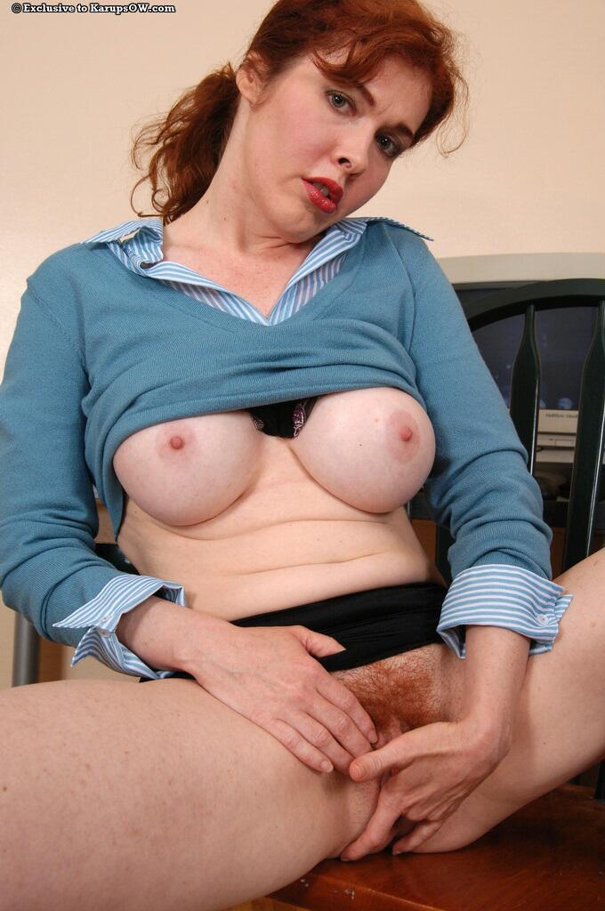 Зрелая секретарша показывает рыжую киску на рабочем месте