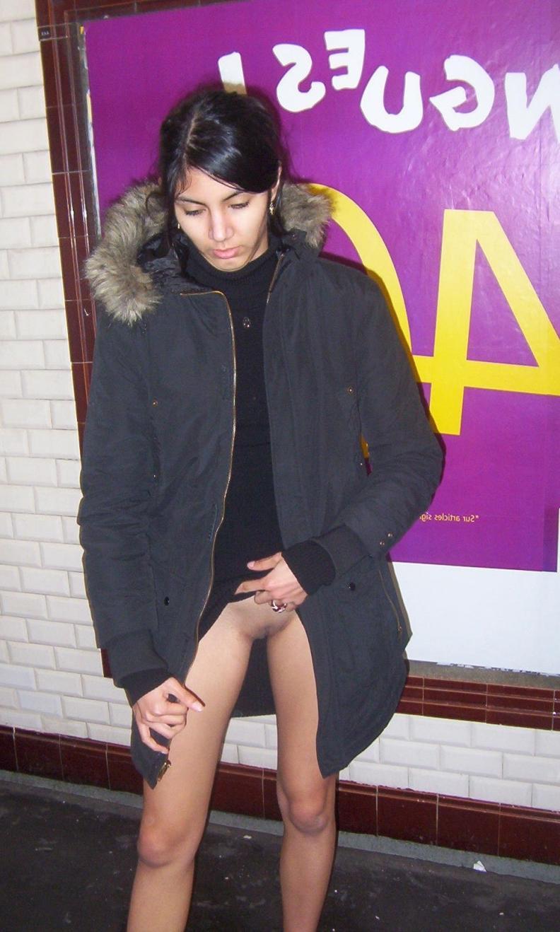 Выпившая шлюшка потеряла свои штаны с трусами