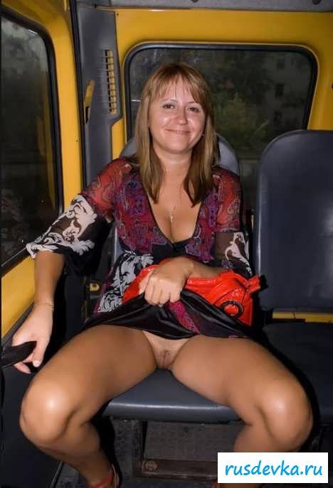 Голые под платьем пилотки девушек (25 фото эротики)