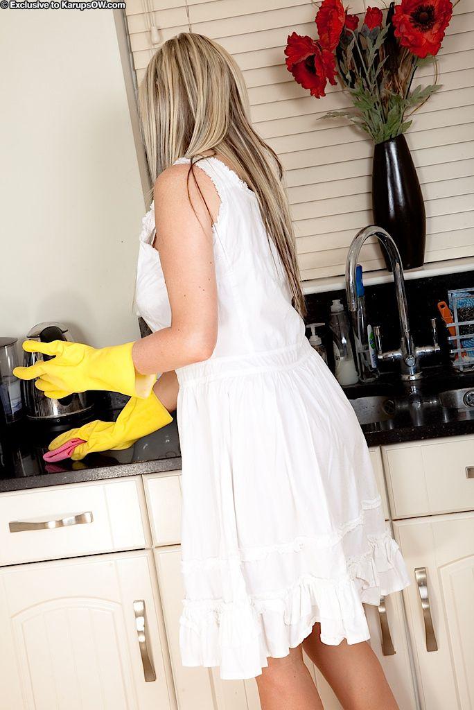 Большегрудая зрелая Michelle Barrett с сексуальным телом снимает белое платье и белье