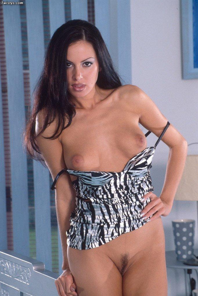 Брюнетистая телка Tammy Twistys в узком топе показывает свою бритую пизду в спальне
