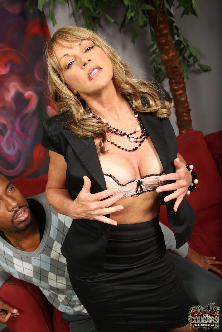 Дикий межрассовый трах с похотливой Shayla Laveaux, которая заставляет темнокожего парня взрываться зарядами спермы
