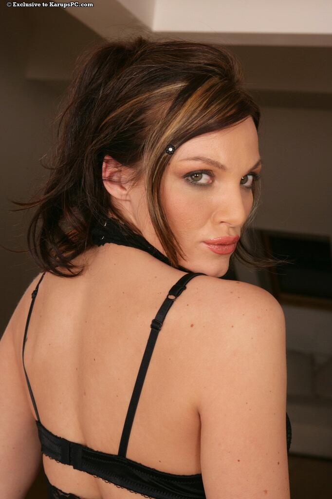 Европейская красотка с красивой формы грудью и классной бритой киской Lara Diamond снимает свое черное белье