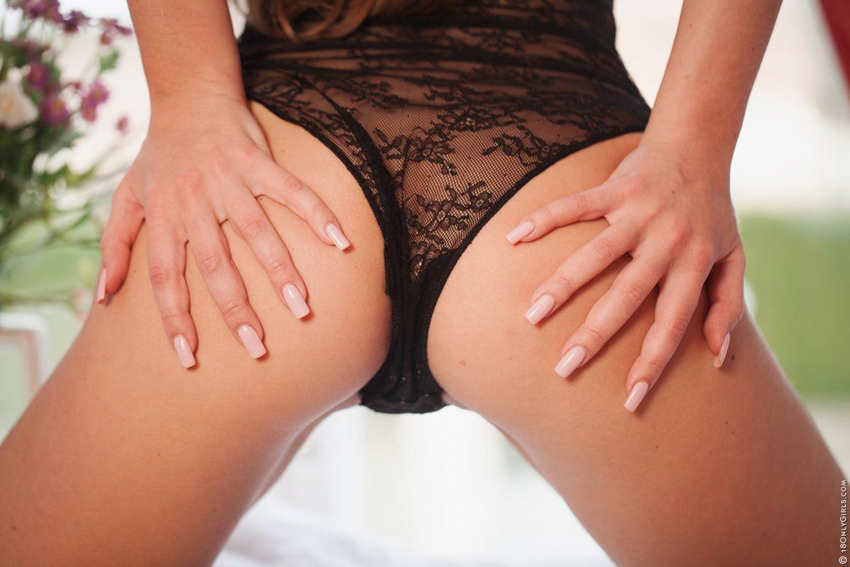 Игривая девушка Kesia Nubiles разрывает белье и показывает сексуальную бритую киску