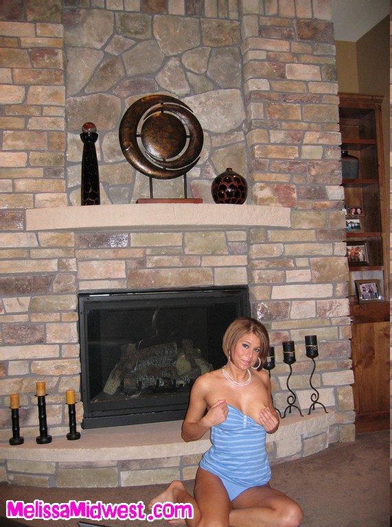 Игривая Melissa Midwest показывает свои роскошные сиськи и ебет свою киску прямо на полу