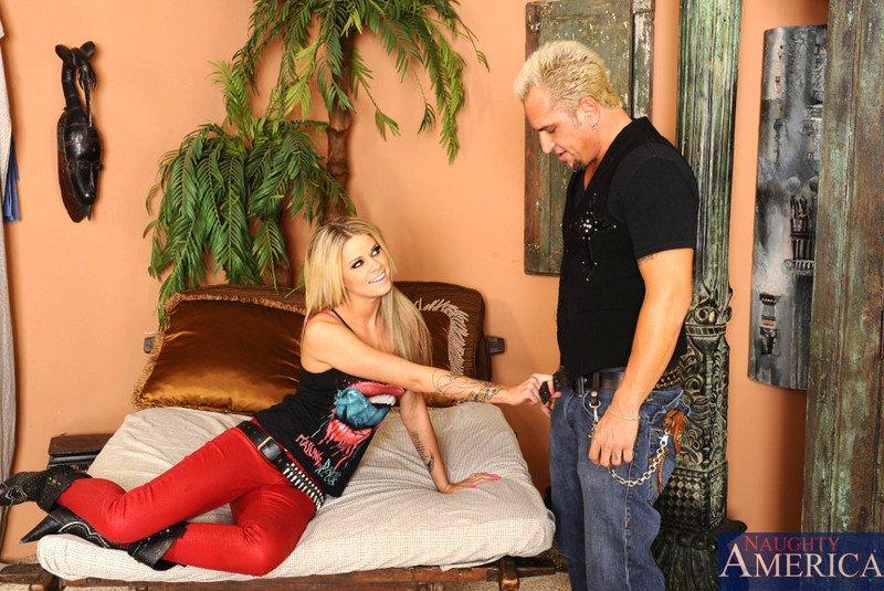 Jessa Rhodes трахается в камеру с действительно большим членом и получает камшот