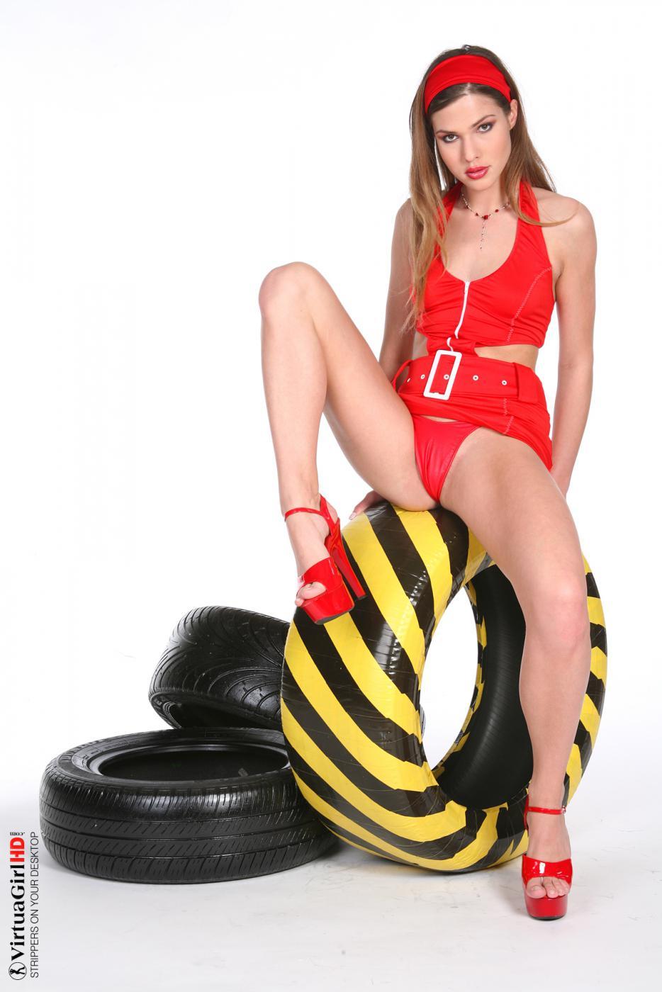 Красотка с длинными ногами Olivia La Roche разводит их и красуется в этой софткорной галерее