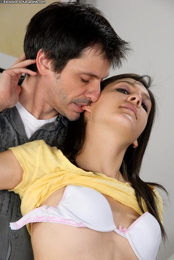 Малышка с бритой киской Simone Lopez снимает свои розовые трусики и сосет, а потом трахается