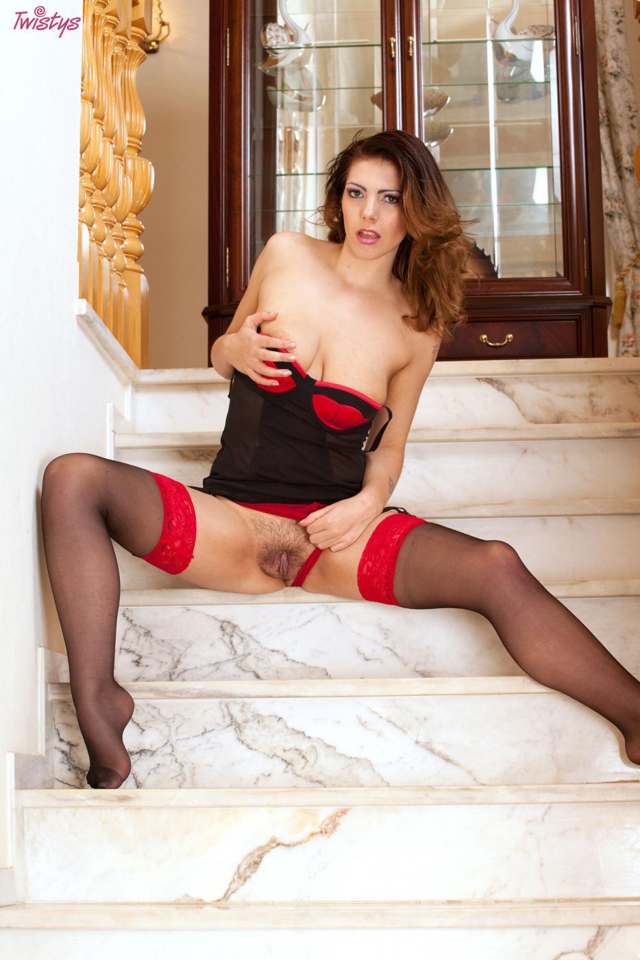 Малышка Yasmin Fields позирует на лестнице и достигает оргазма